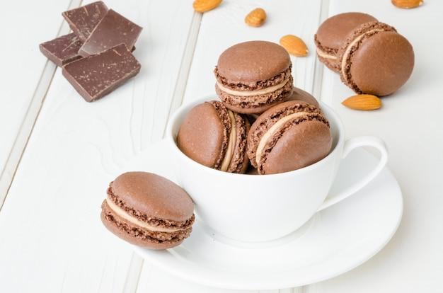 Französische traditionelle nachtischschokolade macarons mit kaffeesahne