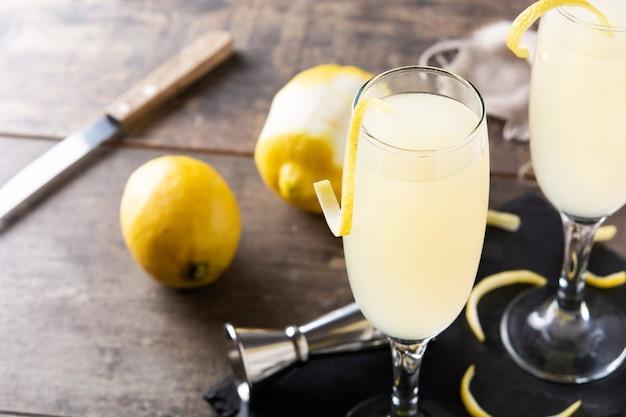 Französischer 75er cocktail im glas auf holztisch