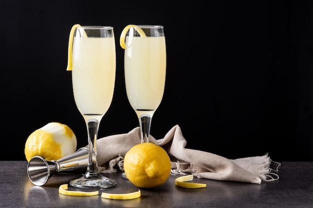 Französischer 75er cocktail im glas auf schwarzem schieferhintergrund
