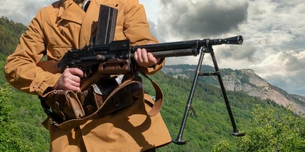 Französischer berginfanteriesoldat mit maschinengewehr