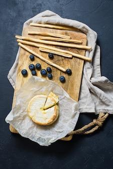 Französischer brie mit blaubeeren und crackern.