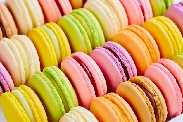Französischer bunter macarons hintergrund, abschluss oben.