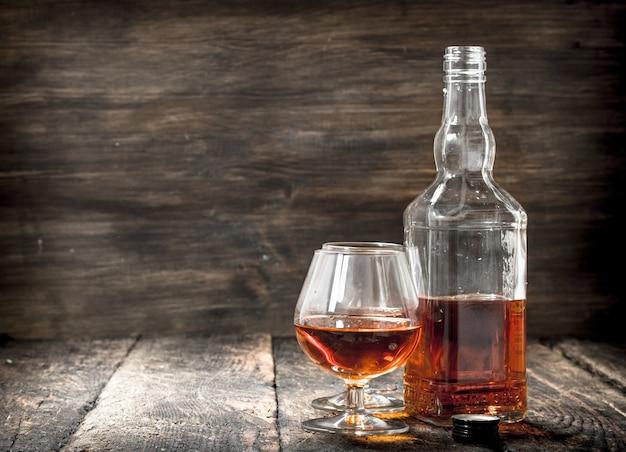 Französischer cognac in einer flasche mit gläsern