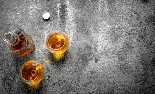 Französischer cognac in glas.
