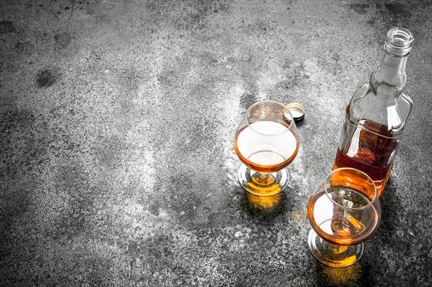 Französischer cognac in snifter. auf einem rustikalen hintergrund.