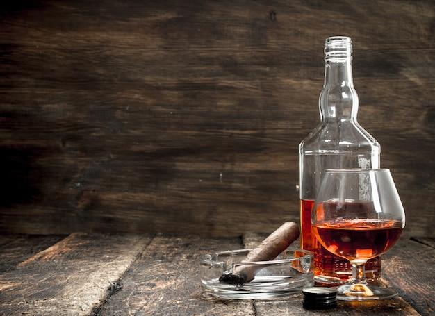 Französischer cognac mit einer rauchenden zigarre