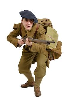 Französischer gebirgsinfanteriesoldat während des zweiten weltkriegs auf einem weiß Premium Fotos