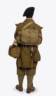 Französischer gebirgsinfanteriesoldat während des zweiten weltkriegs auf einer weißen wand, hintere ansicht