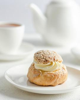 Französischer gourmet-shu-kuchen. gourmet-vanillepudding-dessert.