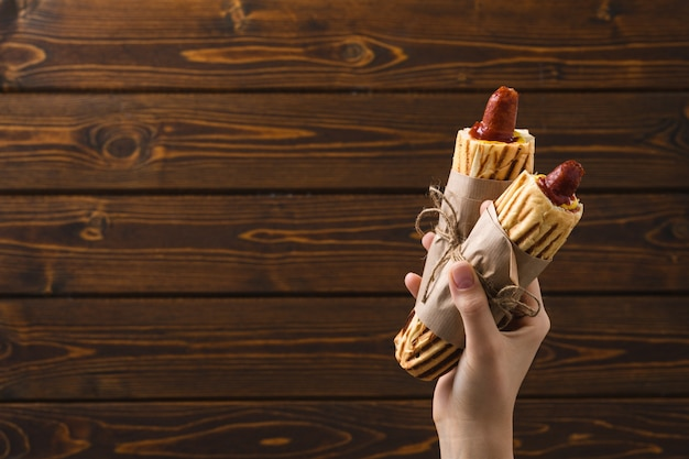 Französischer hot dog im rustikalen stil. straßenessen.