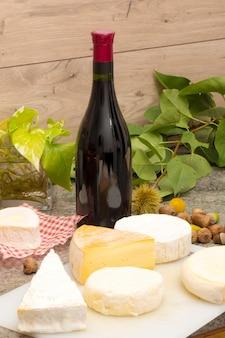 Französischer käse mit einer flasche wein