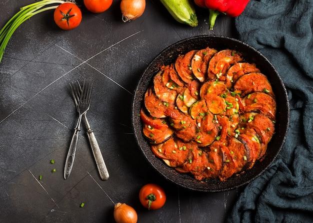 Französischer provence-teller ratatouille von gemüsezucchiniauberginenpfeffern und -tomaten