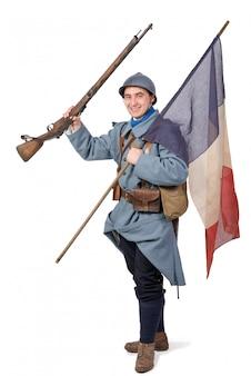Französischer soldat 1918 mit gewehr und dreifarbiger flagge auf weiß