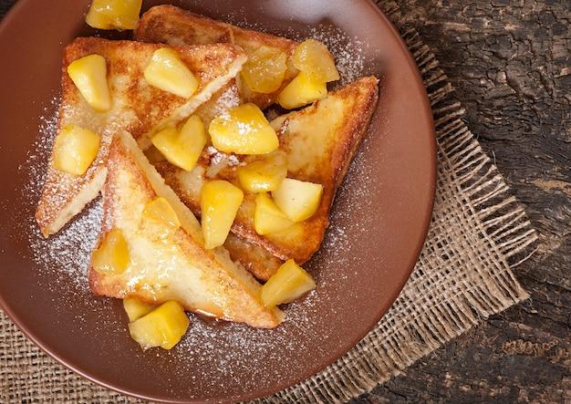 Französischer toast mit karamellisierten äpfeln zum frühstück