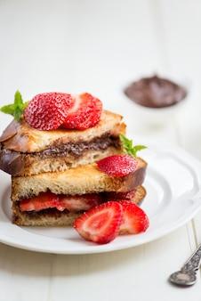 Französischer toast mit schokoladen-haselnuss-füllung