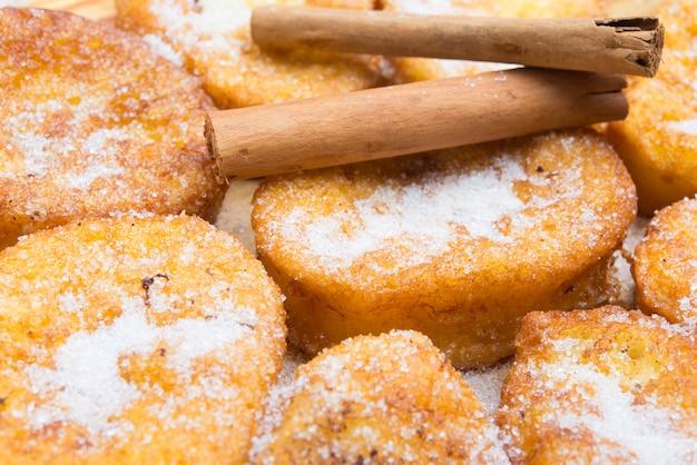 Französischer toast, traditionelle spanische torrijas