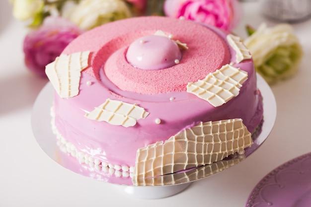 Französischer vanillekuchen mit erdbeerkompott, pistazienmousse und knusperschicht