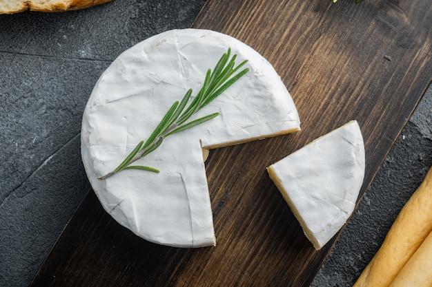 Französischer weicher camembert des normandiekäsesatzes, auf grauem tisch, draufsicht