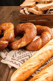 Französisches baguette mit türkischen bagels und brotscheiben in box