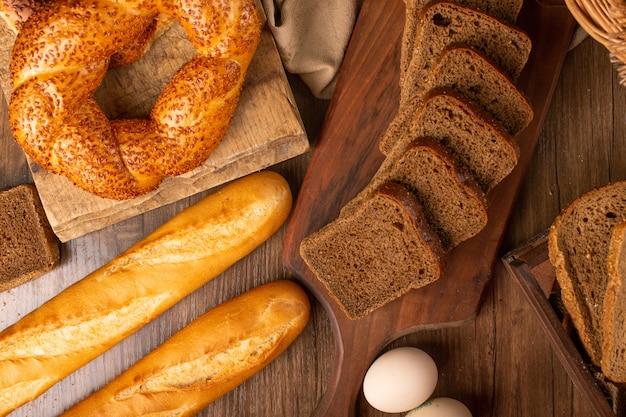 Französisches baguette mit türkischen bagels und brotscheiben