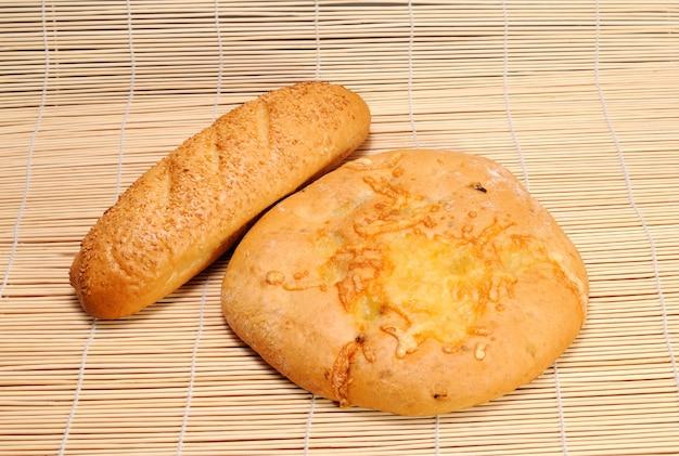 Französisches baguette und rundes fladenbrot mit käse