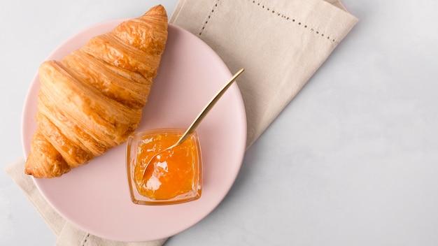 Französisches croissant frühstück und marmelade flach liegen