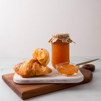 Französisches croissant frühstück und marmelade