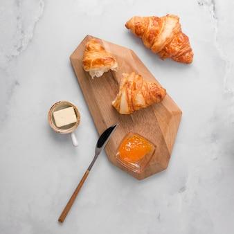 Französisches croissantfrühstück mit marmelade