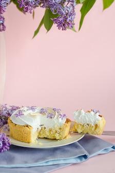 Französisches dessert, ganz und in scheiben geschnitten, mit lila blüten