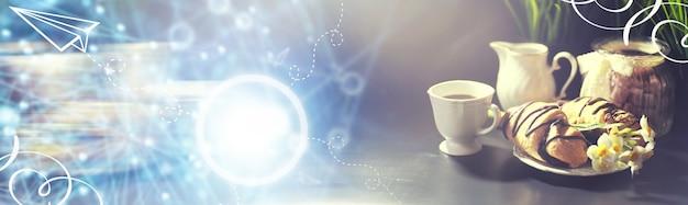 Französisches frühstück auf dem tisch. kaffeecroissant mit schokolade und einer karaffe mit sahne. frisches gebäck und entkoffeinierter kaffee.