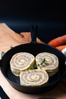 Französisches lokales lebensmittelfleisch elsass angefüllt in den frühlingsrollenteigwaren in der bratpfanneeisenwanne