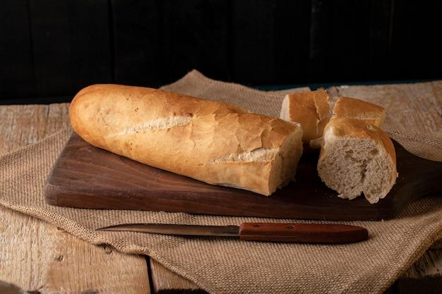 Französisches stangenbrot geschnitten auf einem hölzernen brett