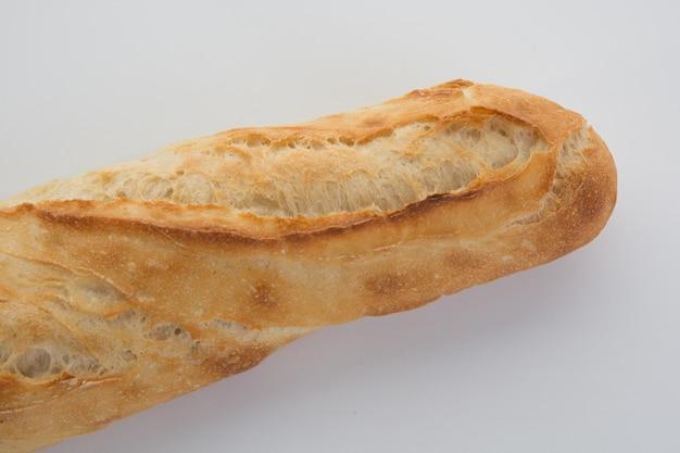 Französisches stangenbrot getrennt auf einem weiß