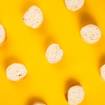Französisches traditionelles gebäck mit weißem baguette in einem modernen, minimalistischen stil