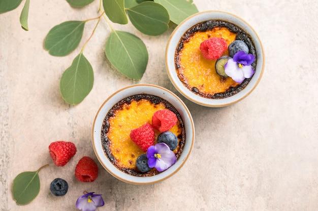 Französisches vanillecreme-dessert mit karamellisiertem zucker und beeren
