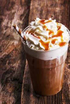 Frappe kaffee auf holztisch