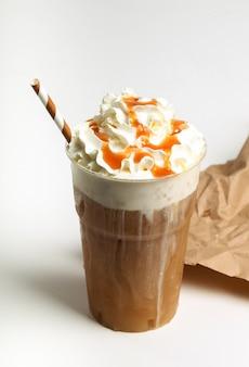 Frappe kaffee auf weiß
