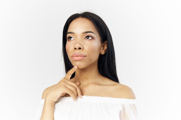 Frau afrikanisches aussehen attraktives aussehen make-up, das hellen hintergrund aufwirft