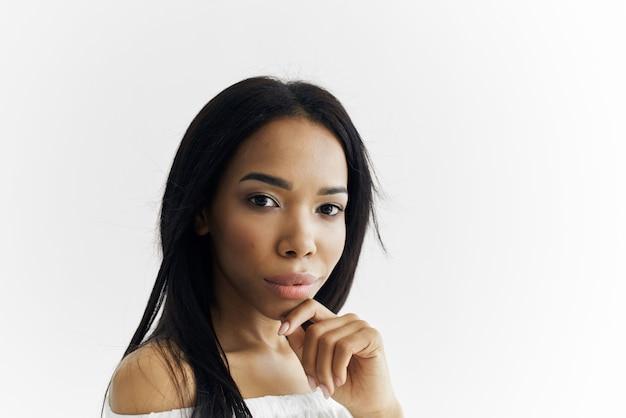 Frau afrikanisches aussehen weißes kleid kosmetikmode posiert