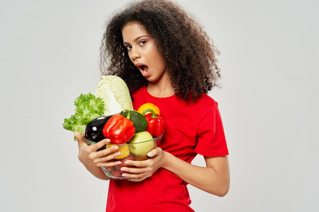 Frau afroamerikaner in einem t-shirt posiert