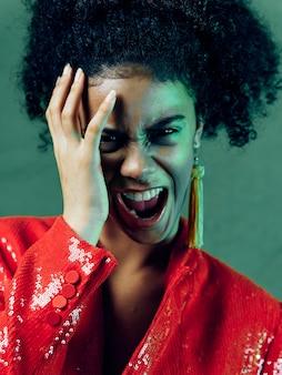 Frau afroamerikaner in glänzenden festlichen modekleidung posiert