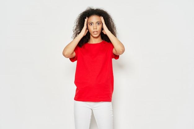 Frau afroamerikanerin in einem t-shirt