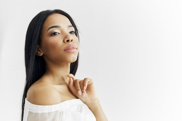Frau afroamerikanische modische frisur posiert luxus