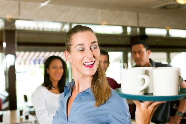 Frau als kellnerin in einer bar