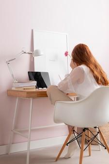 Frau am arbeitsplatz, die am laptop arbeitet