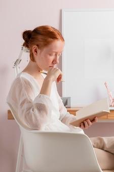 Frau am arbeitsplatz lesen