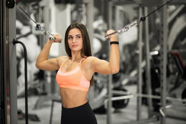 Frau am gymnastikkörpergebäude