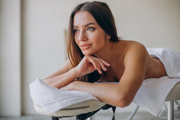 Frau am masseur, der rückenschmerzlinderungsmassage macht