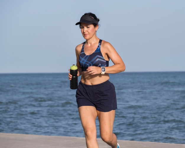 Frau am meer läuft