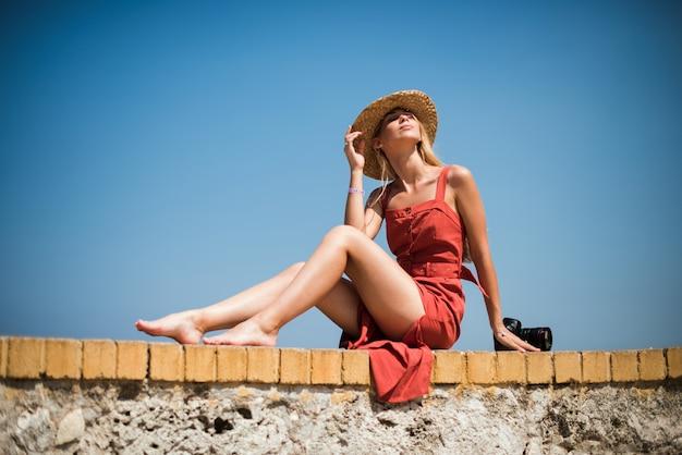 Frau am meer mit wellen und blauem himmel